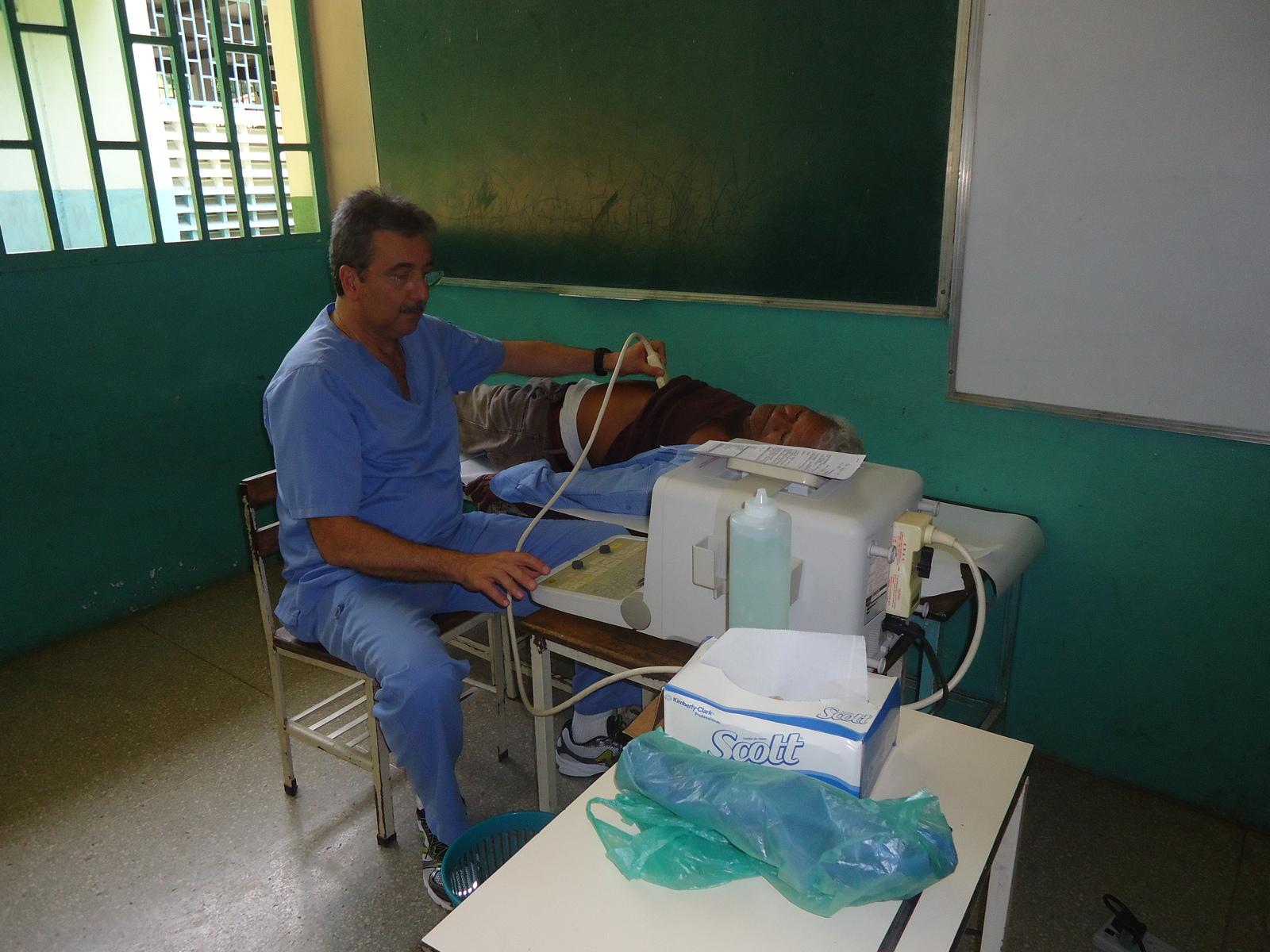 Actividad de atención médica en Macaira, estado Guárico - Dr. Dervis Bandres, gastroenterólogo del CMDLT