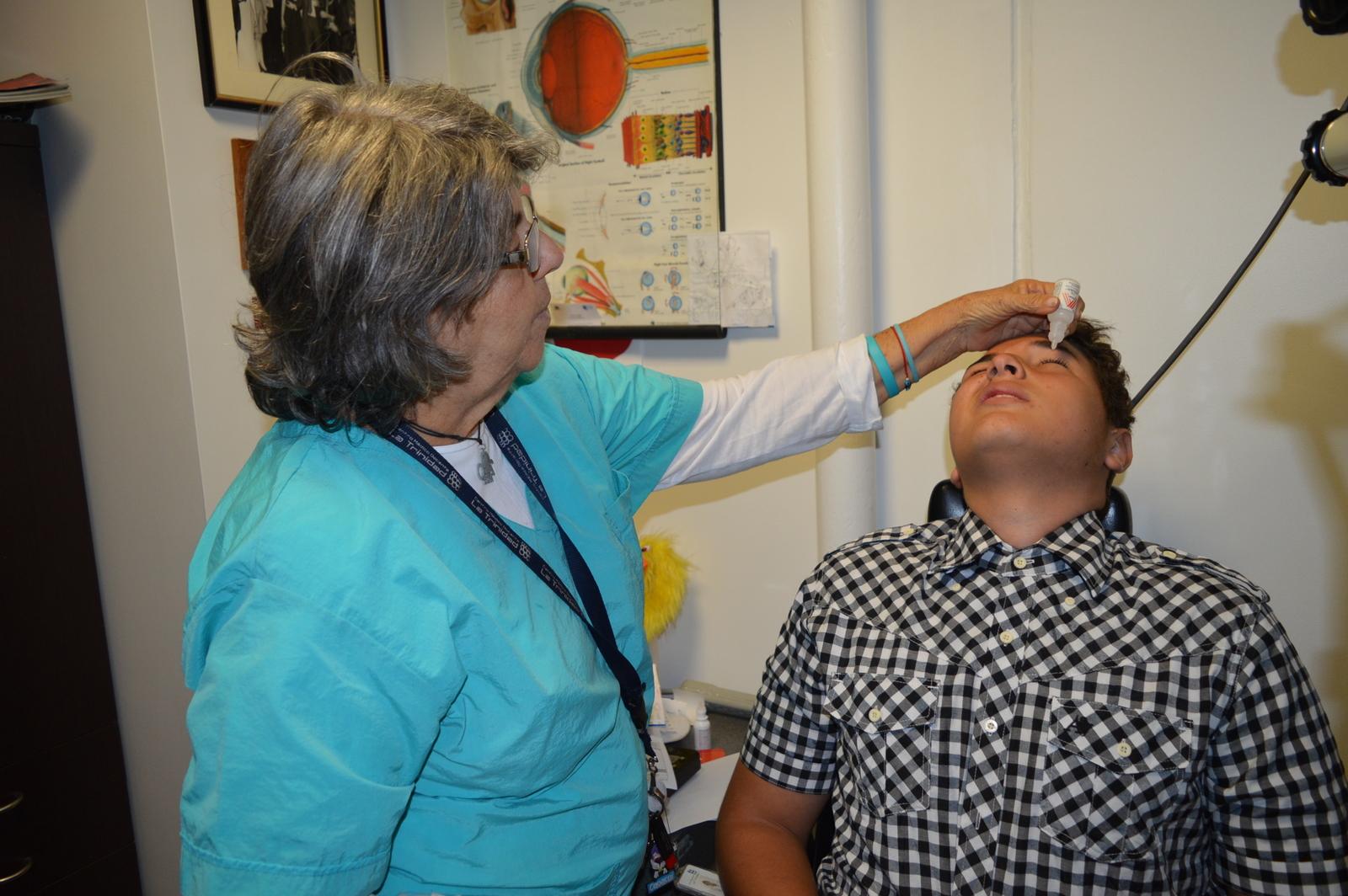Actividad intramuros de atención médica – Dra. Evlin Yebaile, oftalmólogo del CMDLT