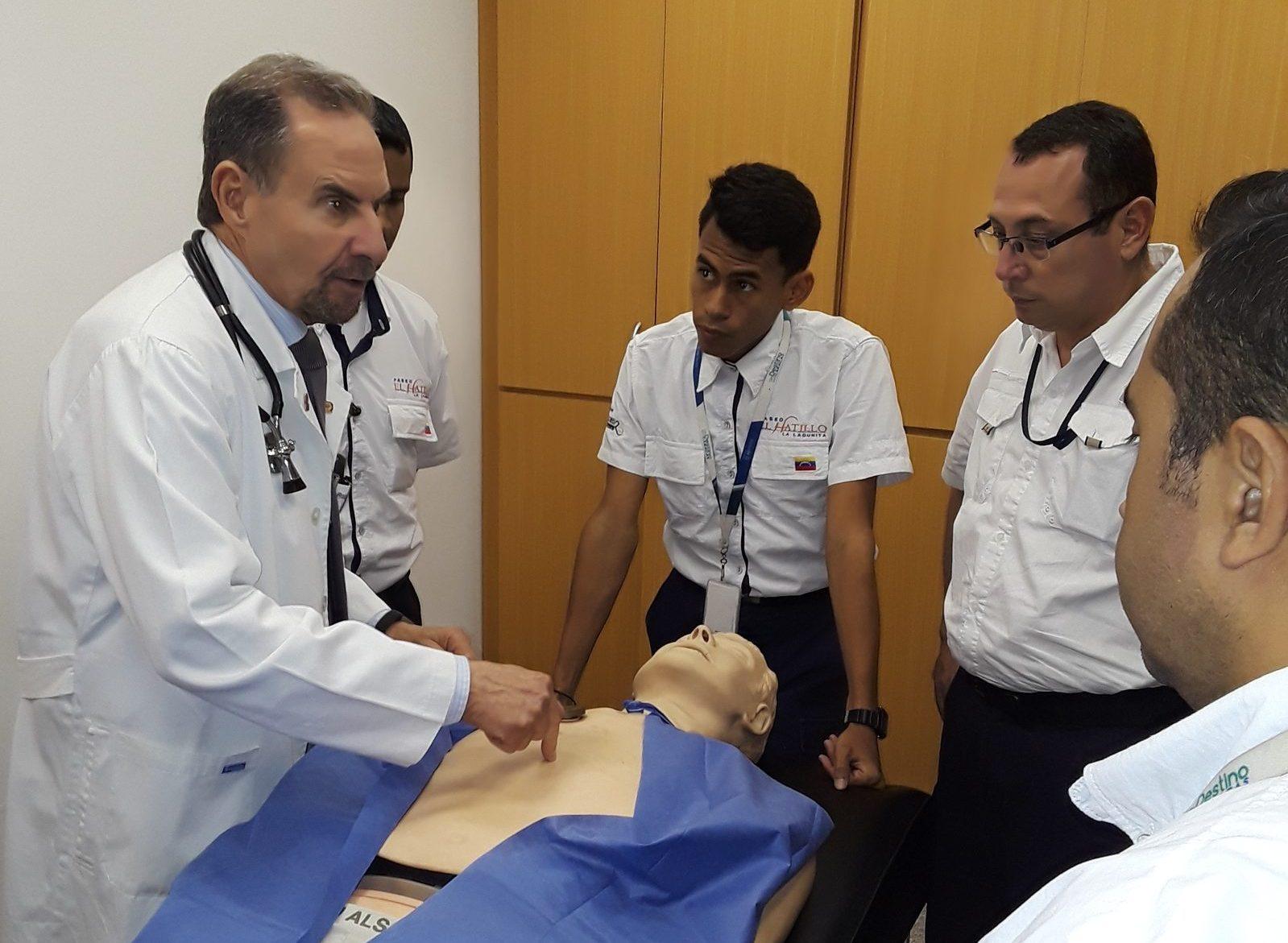 Entrenamiento en resucitación cardiopulmonar (RCP) - Dr. Roberto López Nouel, cardiólogo del CMDLT y director de Medicina Comunitaria y Programas Sociales